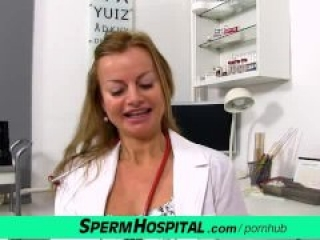 Recibe una paja de su enfermera mientras le examina el pene