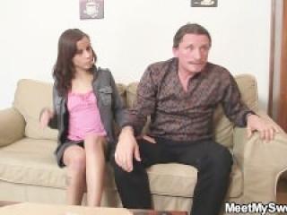 Encuentra a su novia follando con sus padres