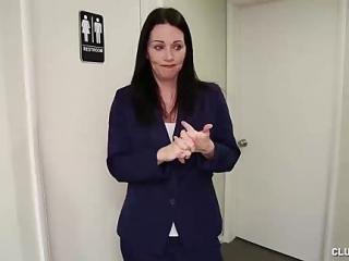 Sexy milf le hace una paja a un colega de trabajo