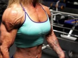 Madura culturista haciendo pesas