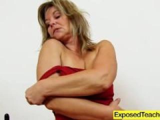 Maestra nos enseña a usar el condón con su propio coño