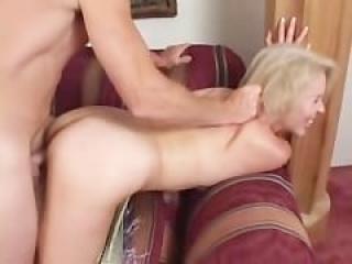 Dama madurita es follada por su amante en cuatro patas